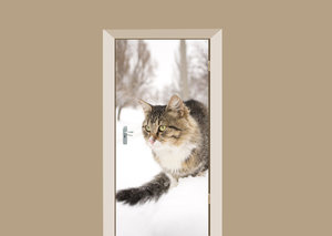 Deursticker kat in de sneeuw